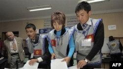Bishkekda saylov komissiyasi xodimlari ovoz berish varaqalarini ko'zdan kechirmoqda