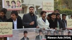 ہلاک ہونے والے طلباء کے والدین کی تنظیم کے عہدیدار فضل خان کا کہنا ہے کہ رپورٹ رواں سال یکم جون کو مکمل کر لی گئی تھی۔ تاہم رپورٹ 9 جولائی کو سپریم کورٹ میں جمع کرانے سے کئی شبہات نے جنم لیا ہے۔ (فائل فوٹو)