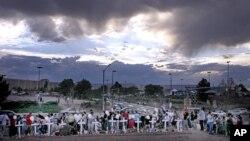 Una tormenta amenaza el monumento improvisado a las víctimas de la matanza en los cines Century 16, en Aurora, Colorado, en los terrenos frente a los cines. Las autoridades no tienen una respuesta fácil para impedir ataques como el ocurrido el viernes.