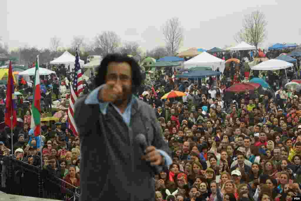 شهرام شب پره هنرمند مورد علاقه مردم در اين مراسم حضور داشت و با اجرای ترانه های مناسب مردم را سرگرم کرد.