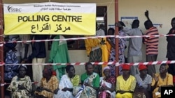 South Sudanese wait to vote at a polling station during the referendum in Juba, south Sudan, 09 Jan 2011.