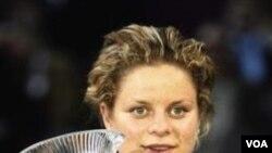Kim Clijsters merebut posisi satu dunia setelah mengalahkan petenis Australia Jelena Dokic di turnamen Open Gaz de France di Paris hari Jumat (11/2).