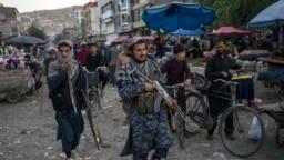 Pejuang Taliban berpatroli di pasar Kota Tua Kabul, Afghanistan, Selasa, 14 September 2021. (AP Photo/Bernat Armangue)