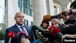 یوری پرودان، وزیر انرژی اوکراین، پس از ورود به کيف برای گفتگو با هیات روسی و کمیسر انرژی اتحادیه اروپا – ۲۴ خرداد (۱۴ ژوئن)