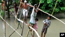 印度村民用竹子搭建架子跨越水淹的村庄