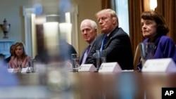 Tổng thống Donald Trump (thứ hai, từ phải) chủ trì một cuộc họp với các nhà lập pháp lưỡng đảng bàn về luật súng ống đáp lại vụ xả súng làm 17 người chết ở Parkland, bang Florida, trong Phòng Nội Các của Nhà Trắng, Washington, ngày 28 tháng 2, 2018.