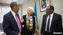 Guverineri John Rwangombwa (ibumoso) ari kumwe na Christine Lagarde umuyobozi w'ikigega cy'Imari cy'isi na Claver Gatete Ministiri w'Imari mu Rwanda