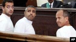 Tiga wartawan Al-Jazeera dari kiri: Baher Mohamed, Mohammed Fahmy, dan Peter Greste saat tampil di pengadilan Kairo, Mesir Maret tahun lalu (foto: dok).