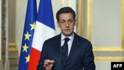 Tổng thống Pháp Nicolas Sarkozy phát biểu sau 1 hội nghị với đại diện công đoàn ở điện Elysee, Paris, 18/1/2012