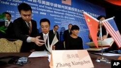 지난 2015년 시진핑 중국 국가주석의 미국 방문을 수행한 장샹첸(가운데 왼쪽) 상무부 세계무역기구사 부사장이 시애틀에서 투자협약에 서명하고 있다. 오른쪽은 조비 시모무라 워싱턴 주지사 비서실장.