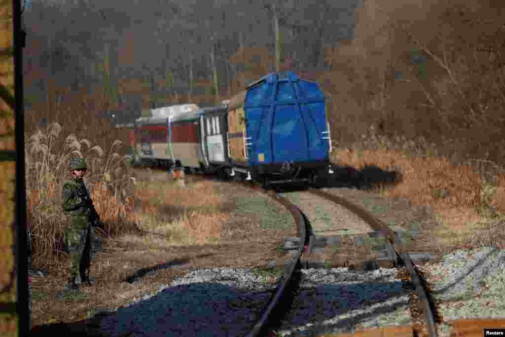 한국 열차가 경의선 철도를 타고 군사분계선(MDL)을 통과해 북한 판문역으로 향하고 있다.