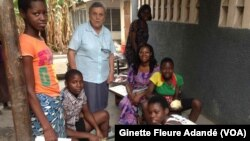 SOS Vidomègon, une baraque construite au cœur du marché Dantokpa pour apprendre à lire et à écrire aux enfants placés à Cotonou, Bénin, le 13 juin 2019. (VOA/Ginette Fleure Adandé)