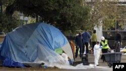 """Городские рабочие на уборке в бывшем палаточном лагере активистов движения """"Захвати Уолл-стрит"""". Окленд, 14 ноября 2011г."""