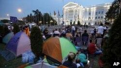 Para demonstran anti pemerintah melakukan unjuk rasa di ibukota Skopje (17/5).