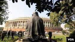 Gedung Parlemen India di New Delhi (foto: dok). Sidang Parlemen India terpaksa dihentikan menyusul keributan menentang kebijakan baru pemerintah di sektor ritel.