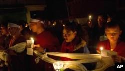 西藏流亡人士星期六在印度達蘭薩拉為自焚身亡52歲的丹正多吉舉行燭光守夜