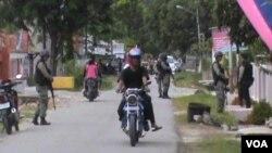 Polisi melakukan Operasi Yustisia Kependudukan di Desa Gebong Rejo, Poso, menjelang HUT Kemerdekaan RI ke-68 (16/8).