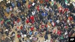 抗议者在州议会大楼举行第八天示威