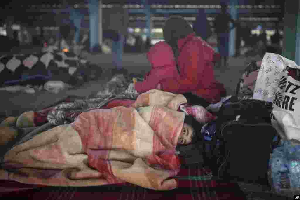 گروهی از پناهجویان در نزدیکی مرز ترکیه با یونان. برخی از آنها شرایط سختی دارند. همزمان با تنشها در سوریه، دولت ترکیه پناهجویان را تشویق کرده که از این کشور به سمت یونان حرکت کنند. یونان گفته مهاجران غیرقانونی را اخراج میکند.