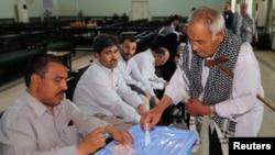 14일 이라크 바그다드시에 설치된 대통령 선거 투표소에서 주민들이 투표하고 있다. 주민들의 참여가 높아, 투표 마감을 예정보다 3시간 연장했다.