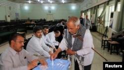Seorang warga Iran tengah memasukkan surat suaranya ke kotak suara di salah satu TPS di distrik Kadhimiya, Baghdad, 14 Juni yang lalu (Foto: dok). Warga di provinsi Anbar dan Ninewah baru dapat memberikan suara mereka dalam pemilu yang ditunda dua bulan karena alasan keamanan, Kamis (20/6).