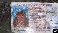 La licencia de conducción de Jenni Rivera encontrada en la zona del accidente aéreo.