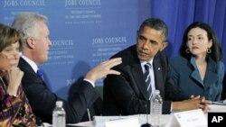 10月11号奥巴马总统(右2)和就业和竞争力顾问委员会主席杰弗里·伊梅尔特(左2)在宾夕法尼亚州匹兹堡开会