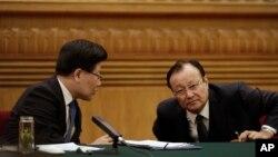 新疆维吾尔自治区主席雪克来提•扎克尔(右)和党委书记张春贤在两会期间的新疆代表团会议上(2015年3月10日)