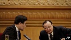 2015年3月10日新疆维吾尔自治区主席雪克来提•扎克尔(右)和党委书记张春贤在两会期间的新疆代表团会议上
