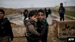 یک خانوادۀ عراقی فرار کرده از غرب موصل.