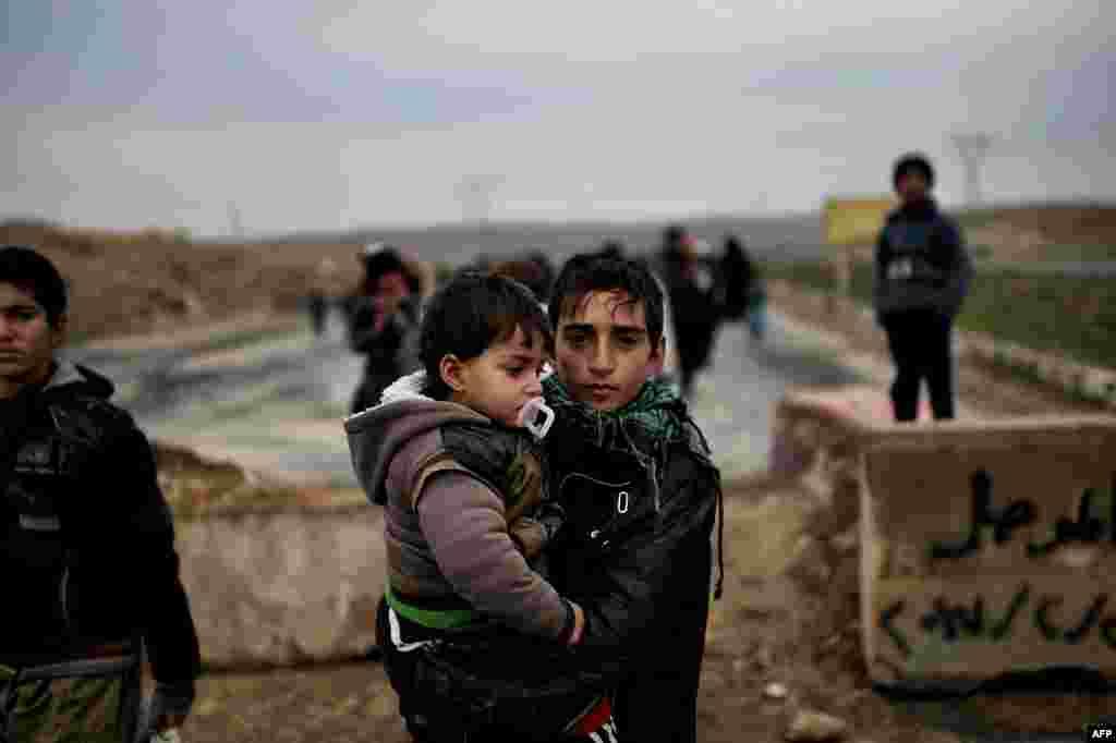 Warga Irak meninggalkan kota Mosul barat untuk menghindari pertempuran antara pasukan Irak dan militan ISIS.