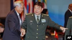 中国国防部长常万全和新加坡防长黄永宏握手(2015年11月4日)
