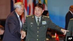 中國國防部長常萬全(右)和新加坡防長黃永宏握手(2015年11月4日資料照)