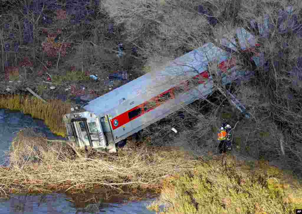 First responders view the derailment of a Metro North passenger train in the Bronx borough of New York, Dec. 1, 2013. The Fire Department of New York said there were 130 firefighters on the scene.
