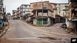 塞拉利昂為阻止伊波拉致命病毒的傳播,開始在全國範圍內實行三天戒嚴。9月19日街道上空無一人。