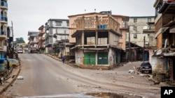 အီဘိုလာေရာဂါသည္ေတြ လိုက္ရွာေဖြေနတဲ့အတြက္ လူသူကင္းမဲ့ေနတဲ့ Sierra Leone ၿမိဳ႕ေတာ္လမ္းမ။ စက္တင္ဘာ ၁၉၊ ၂၀၁၄။