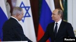러시아를 방문한 베냐민 네타냐후 이스라엘 총리(왼쪽)가 7일 모스크바 크렘린 궁에서 블라디미르 푸틴 대통령과 만나 악수하고 있다.