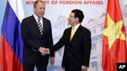 Russian Foreign Minister Sergey Lavrov, left, shakes hands with his Vietnamese counterpart Pham Binh Minh before their meeting in Hanoi, Vietnam Wednesday, April 16, 2014. (AP file Photo)