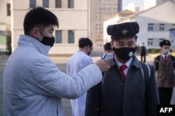 지난 4월 북한 평양의학대학에서 신종 코로나바이러스 감염을 막기 위해 등교하는 학생들의 체온을 재고 있다.