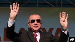 Türkiyə prezidenti Rəcəb Tayyib Ərdoğan nümayişdə tərəfdarlarını salamlayır. Malatya, Türkiyə. 8 sentyabr, 2019.