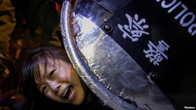 Một người biểu tình phản đối luật dẫn độ bị cảnh sát chống bạo động bắt giữ ở Hong Kong, ngày 2/9/2019. Reuters đoạt giải Pulitzer 2020 cho bộ ảnh về biểu tình ở Hong Kong.