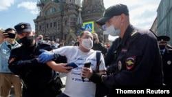 경찰이 상트페테르부르크에서 반정부 시위대를 연행하고 있다.