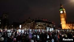 Người biểu tình tụ tập bên ngoài Nghị viện Anh nhằm phản đối chuyến thăm của Tổng thống Donald Trump đến nước này, ngày 20 tháng 02 năm 2017.