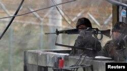 Binh sĩ Hàn Quốc đứng gác tại một trạm quan sát gần khu phi quân sự (DMZ) ngăn cách hai miền Triều Tiên ở Paju, phía bắc Seoul.