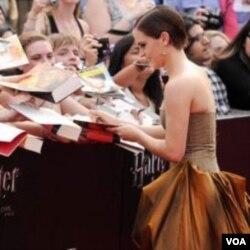 Emma Watson dijeli autograme na premijeri u Londonu