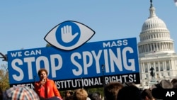 로라 머피 미국시민자유연맹(ACLU) 대표가 지난 2013년 워싱턴 DC 의회 앞에서 열린 시위 집회에서 연설하고 있다.