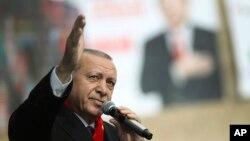 레제프 타이이프 에르도안 터키 대통령이 6일 터키 말라티아에서 열린 집회에서 지지자들을 상대로 연설하고 있다.