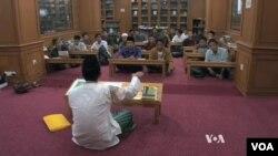 Tại trường nội trú al-Hikam bên ngoài Jakarta, các thiếu niên Indonesia đang học cách chống lại ý thức hệ cực đoan Hồi Giáo do các giáo viên Hồi Giáo ôn hòa giảng dạy.