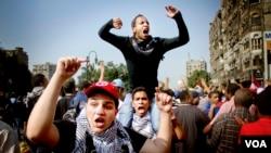 2013年10月6日,在埃及首都开罗的反政变人群高喊抗议的口号。