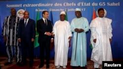 Le président du Burkina Faso, Roch Marc Christian Kabore, le président de la Mauritanie, Mohamed Ould Abdel Aziz, le président de la France, Emmanuel Macron, le président du Mali, Ibrahim Boubacar Keita, le président du Tchad Idriss Deby et le président du Niger Mahamadou Issoufou au sommet G5 Sahel.